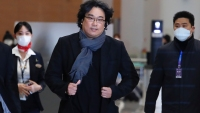 'Parasite' Director Bong Greeted by Applause in Return to South Korea