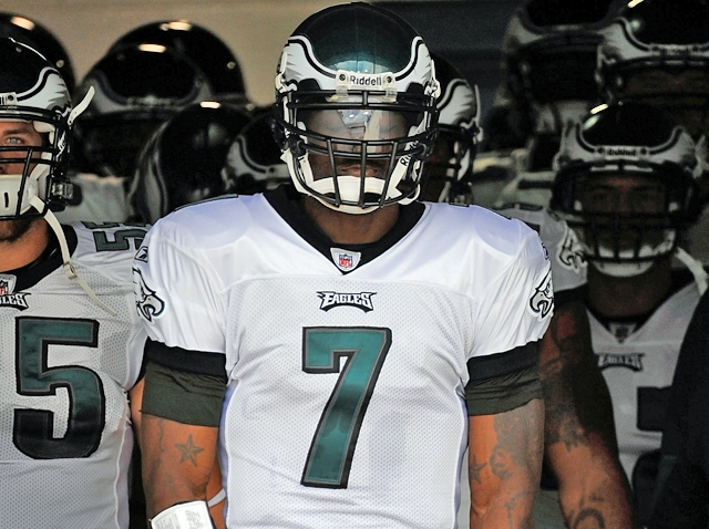 Vick Leads Eagles Out of the Tunnell
