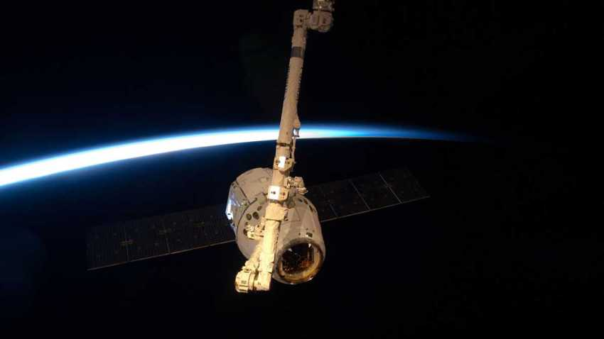 spacex dragon canandarm2 robotic arm international space station