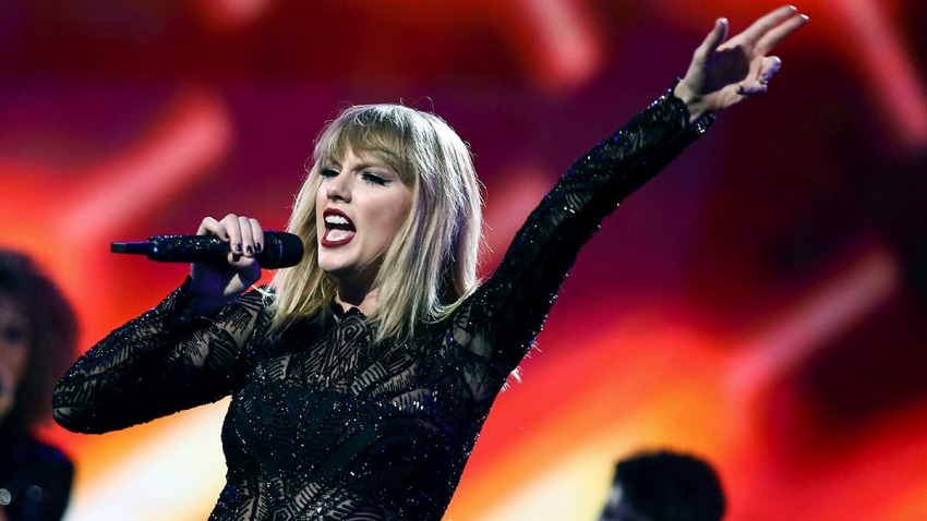 Taylor Swift Performs at Super Saturday Night 2017