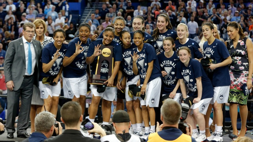 uconn women with trophy 1