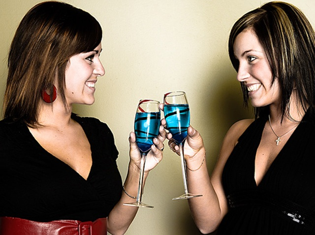women_cocktails_champagne