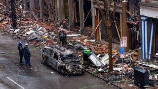 Oficiales inspeccionan los destrozos dejados por un ataque de coche bomba en el centro de Nashville.