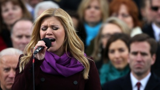 "Kelly Clarkson Sings ""My Country, 'Tis of Thee"" At Inauguration"