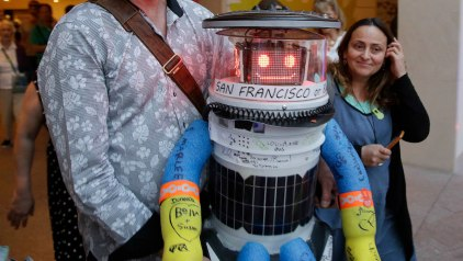 Hitchhiking Robot Destroyed in Philly