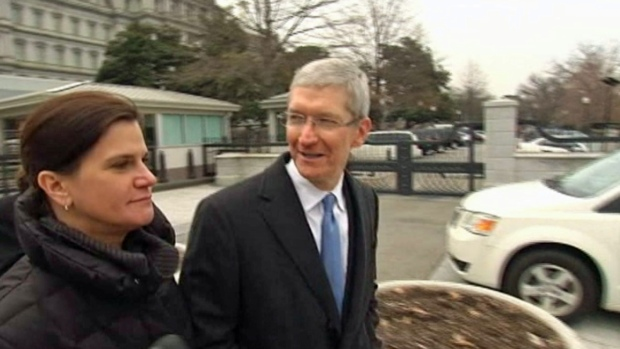 [BAY] RAW VIDEO: Tim Cook Greets Reporters After Obama Meeting