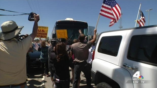 [LA] Bus Carrying Immigrants Blocked by Angry Protesters