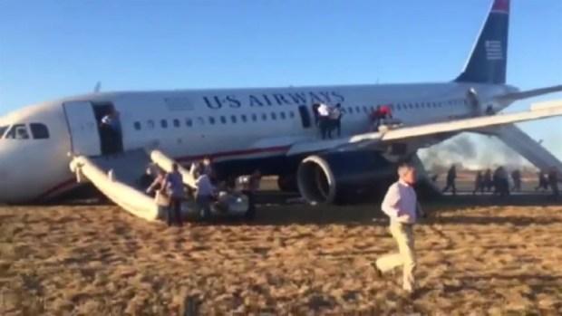 [NATL-V-PHI] RAW: Passengers Run from Evacuated Flight