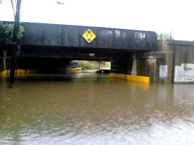 [PHI] Raw Video: Car Stuck in Flood Waters