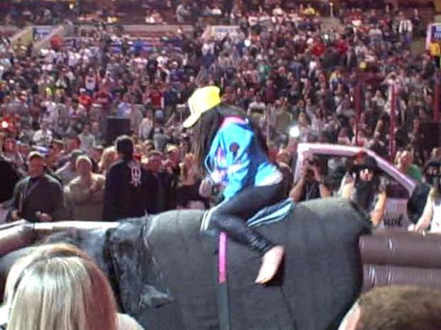 [PHI] Snooki Gets on the Bull