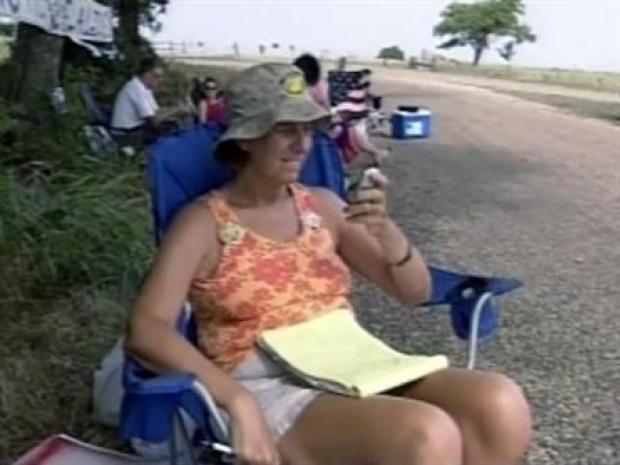 [DFW] Anti-War Mom Brings Bush Housewarming March