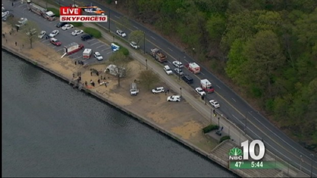[PHI] Car Falls Into Schuykill River