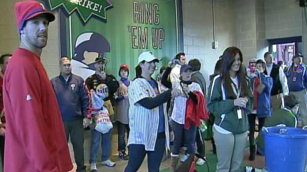 [PHI] Cliff Lee Gives Fans Pitching Tips