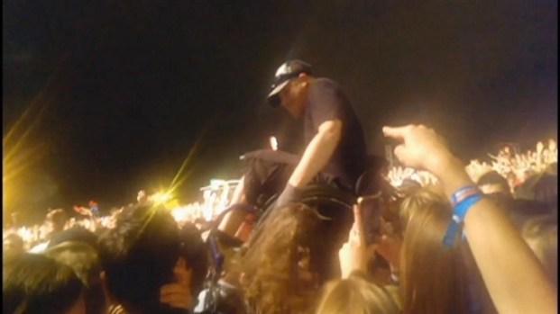 [CHI] Lollapalooza Fan Crowd Surfs In Wheelchair