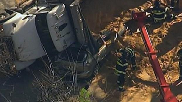 [PHI] Dump Truck Crash Kills 1