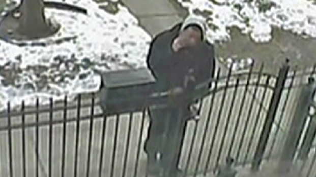 [CHI] Camera Catches Man Stealing Gift From Doorstep
