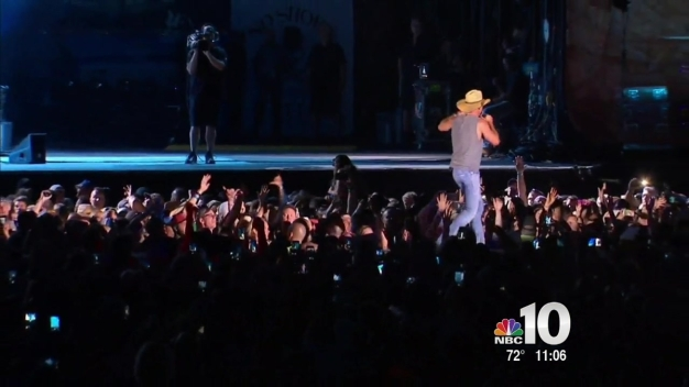 Kenny Chesney Mistakingly Says Officer is Dead
