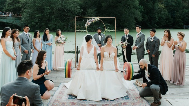 Deadlifting Brides' Wedding Picture Goes Viral