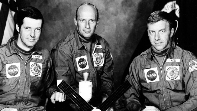 Commander of First Flight of Space Shuttle Challenger Dies