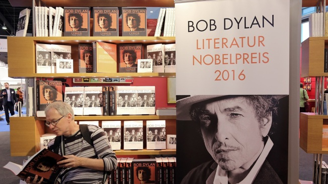 Bob Dylan Retracts Mention of Nobel on His Website