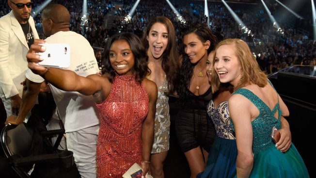 Simone Biles Scores a Selfie With Kim Kardashian at the 2016 VMAs