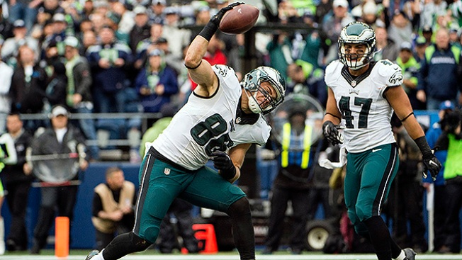 Wentz throws costly interception in Eagles' loss to Packers