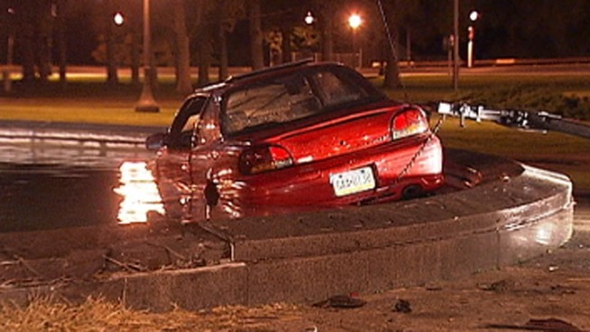 Car Crashes Into Fountain at Eakins Oval