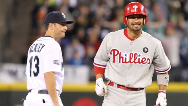 Victorino Helps Phils Beat Mariners