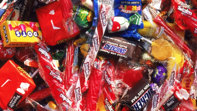 Woman Tries to Give Candy to Kid: Police