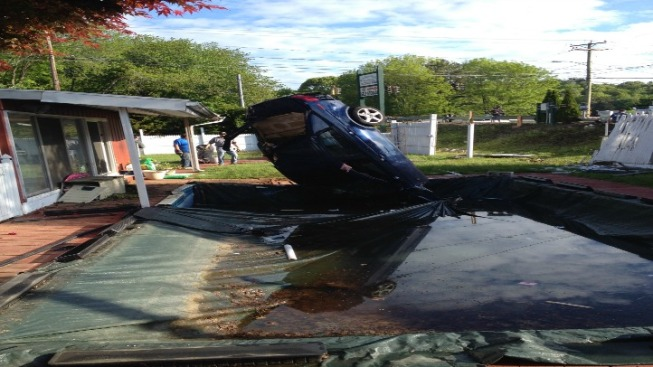 Man, 2 Children Hurt When Car Ends Up in Pool