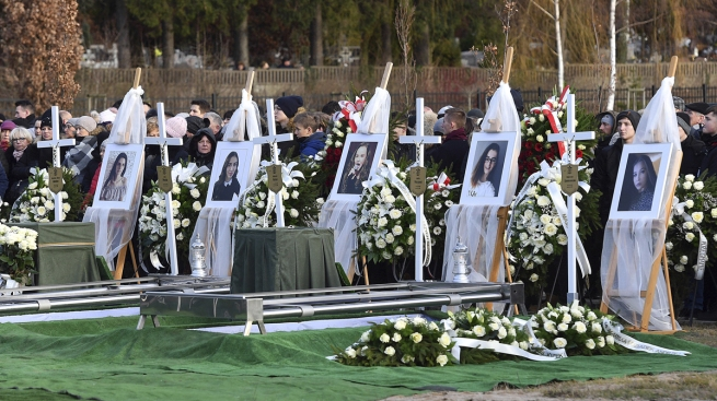 5 Teens Killed in Poland Escape Room Fire Laid to Rest Together