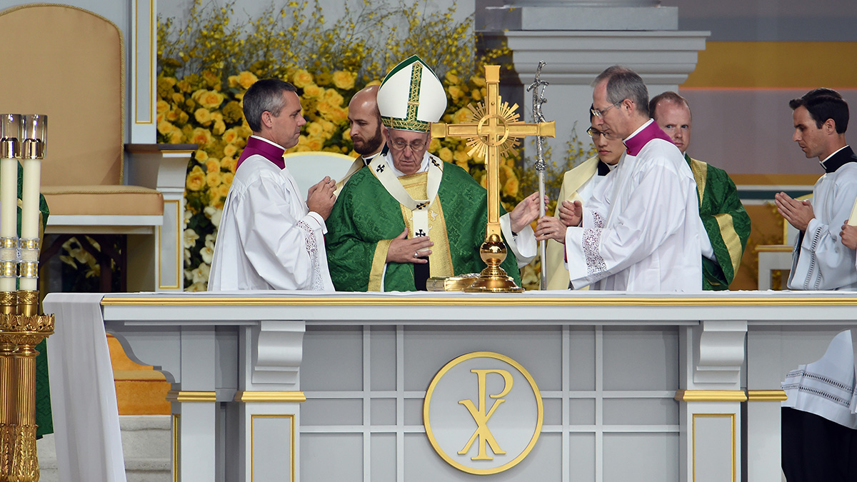 Pope Francis (C) leads an open-air mass at the Benjamin Franklin Parkway in Philadelphia, Pennsylvania, on September 27, 2015.