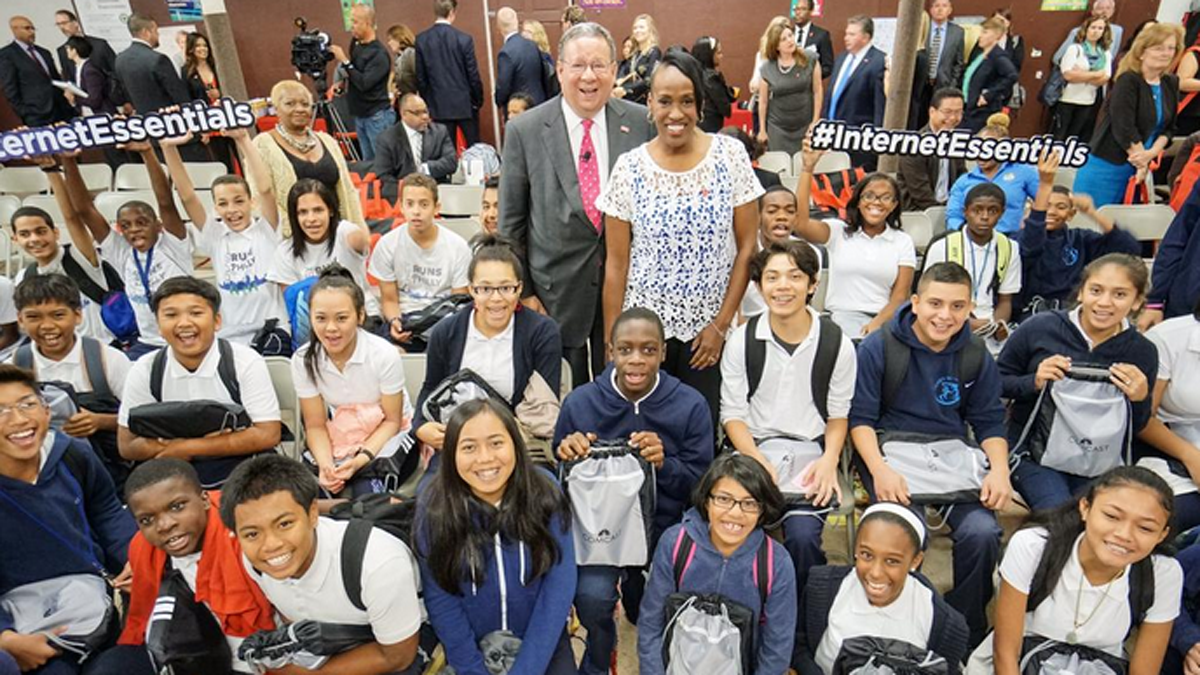 David L. Cohen, Comcast Senior Executive Vice President, and Jackie Joyner-Kersee, Olympic Champion, with students at Olney Elementary School as part of a day of events announcing the local impact of its low-cost internet access program, Internet Essentials, and a new partnership with the YMCA